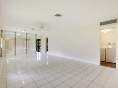 Great Deal On This 2/2 Villa With Garage!